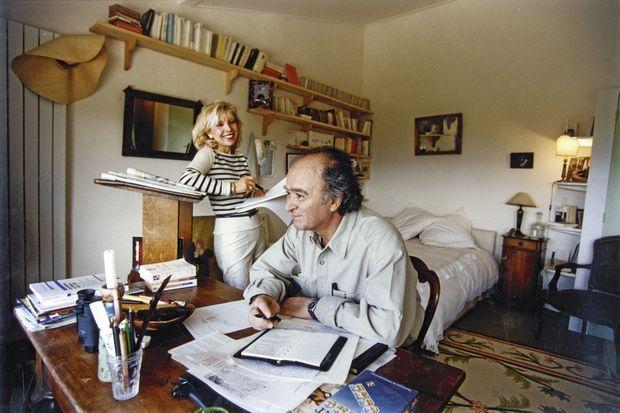 Georges et Maryse Wolinski dans leur maison de vacances à Gordes (Luberon), dans les années 1990.
