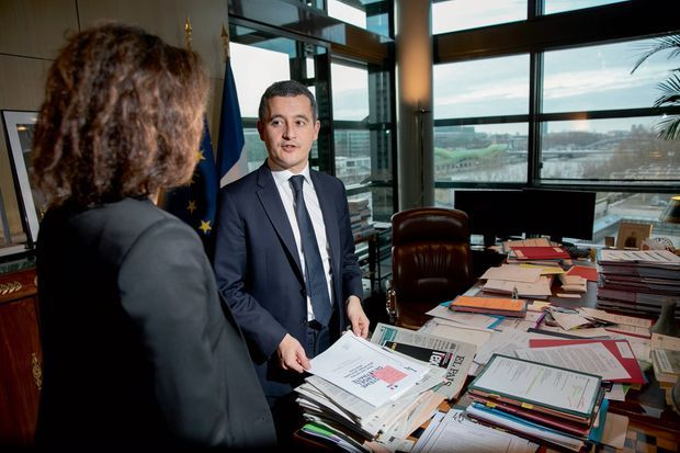 Gérald Darmanin dans son bureau à Bercy avec une collaboratrice, le 16 décembre.