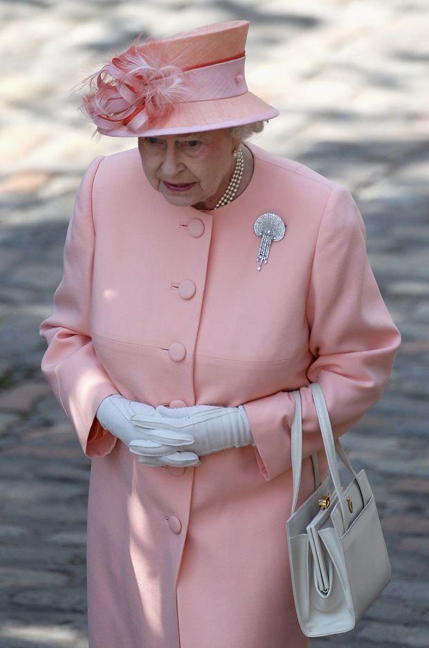 La reine Elizabeth II parée de la Courtauld Thomson Scallop-Shell Brooch au mariage de Zara Phillips, le 30 juillet 2011