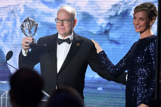 Le prince Albert II de Monaco avec Uma Thurman lors du 2020 Hollywood For The Global Ocean Gala à Beverly Hills, le 6 février 2020