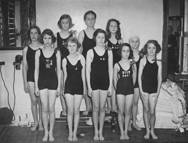La princesse Elizabeth (au premier rang à gauche) avec l'équipe de natation de la Challenge Cup