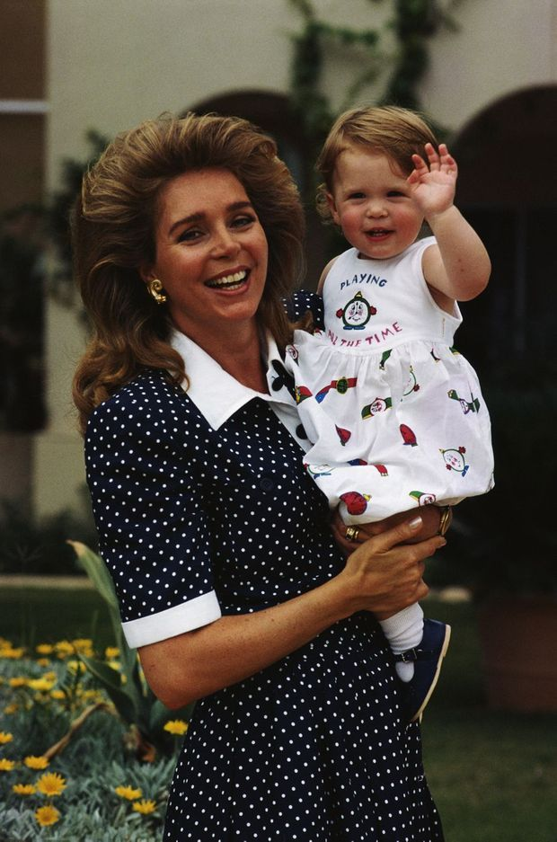 La princesse Raiyah de Jordanie avec sa mère la reine Noor, vers 1987