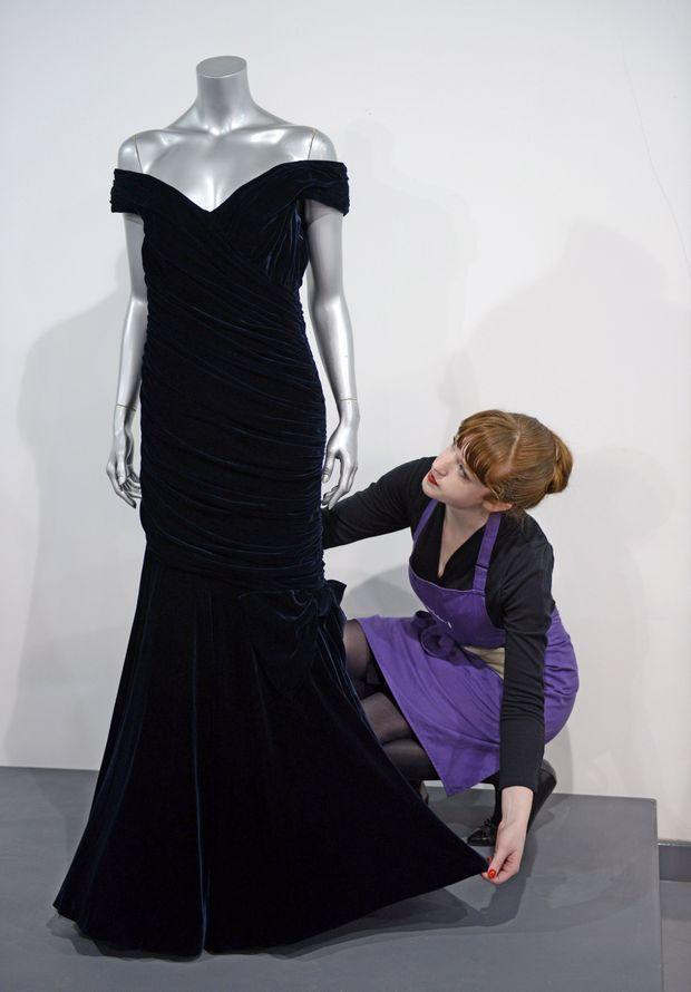 """La """"robe Travolta"""" de Lady Diana présentée lors de la vente de mars 2013 chez Kerry Taylor à Londres"""