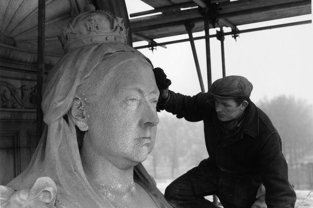 Le monument de la reine Victoria lors de sa rénovation.