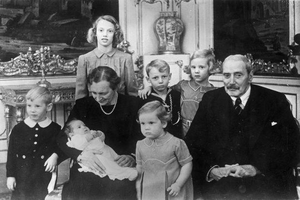 Le roi Christian X de Danemark, vers 1946, avec sa femme la reine Alexandrine et leurs petits-enfants. Debout derrière, la future reine Margrethe II