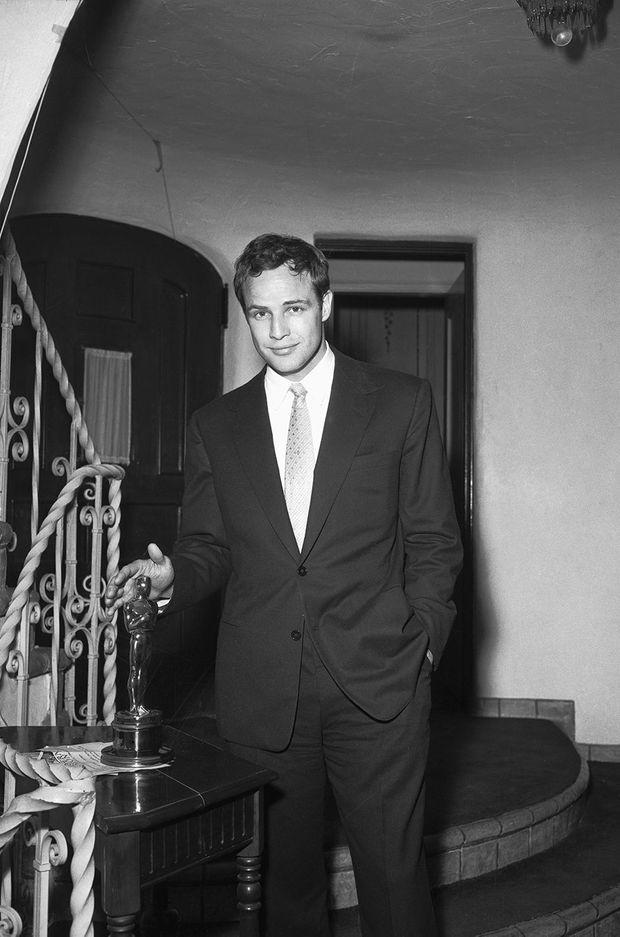 Marlon Brando prend la pose avec son Oscar en 1955 dans sa demeure d'Hollywood Hills