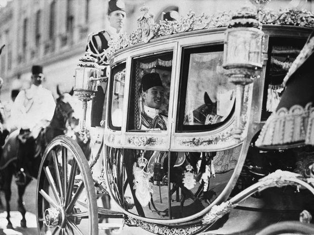 Le jeune roi Farouk au Caire dans le carrosse d'Etat, le 8 septembre 1937
