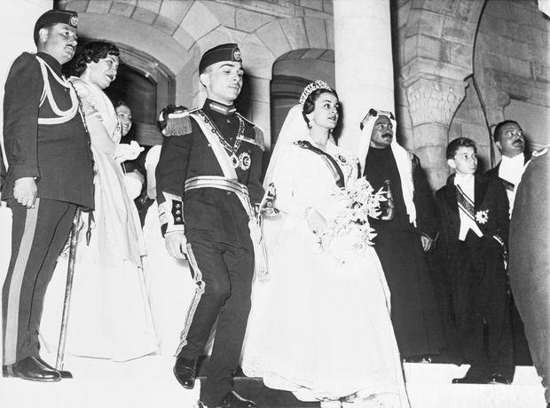 Dina Abdul Hamid et le roi Hussein de Jordanie le 18 avril 1955, jour de leur mariage à Amman