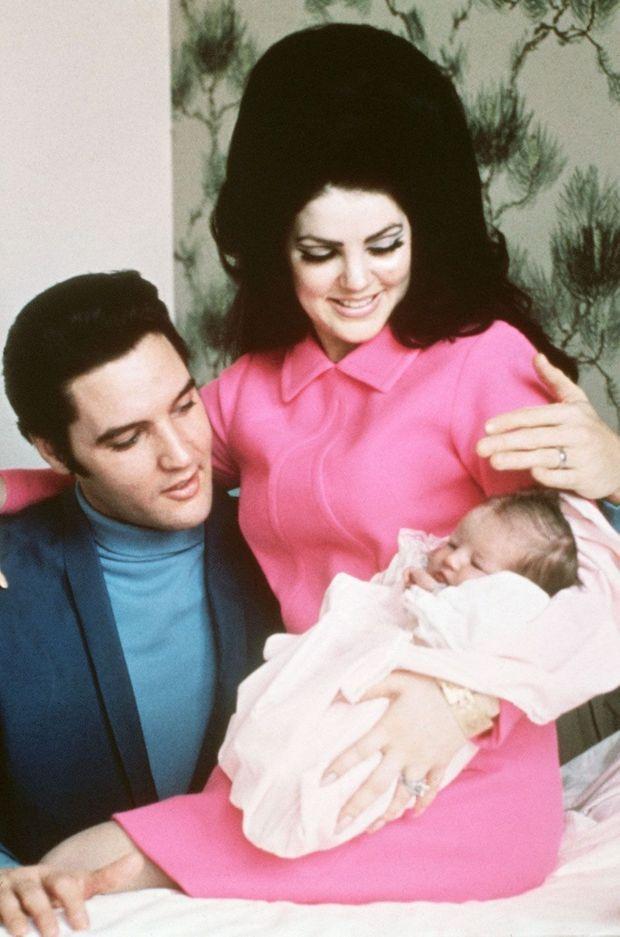 Elvis et Priscilla Presley avec leur nouveau-née Lisa Marie le 5 février 1968