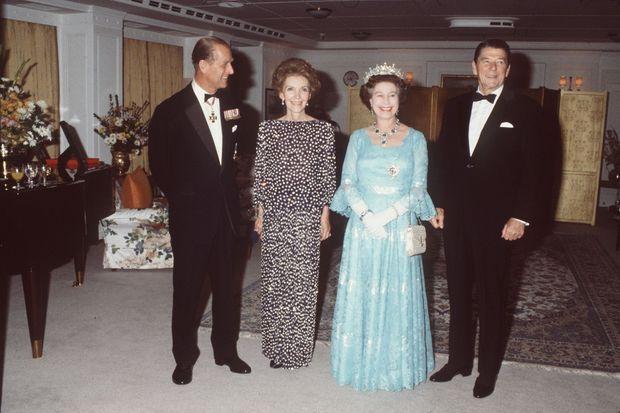 La reine Elizabeth II et le prince Philip avec Donald et Nancy Reagan à bord du Britannia en 1983