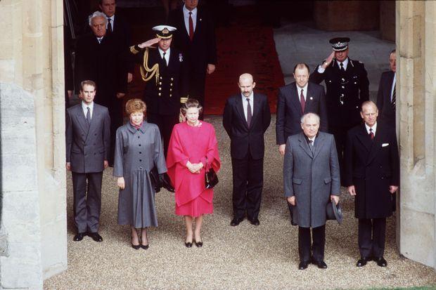 La reine Elizabeth II accueille à Windsor le président de l'URSS Mikhaïl Gorbachev et sa femme, le 7 avril 1989. Derrière elle, son écuyer Timothy Laurence