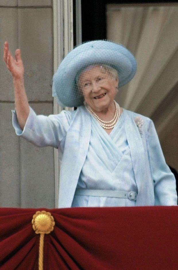 La Queen Mum parée de la Courtauld Thomson Scallop-Shell Brooch le jour de ses 100 ans, le 4 août 2000