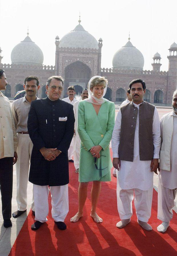 Lady Diana lors de sa visite à la mosquée Badshahi en septembre 1991