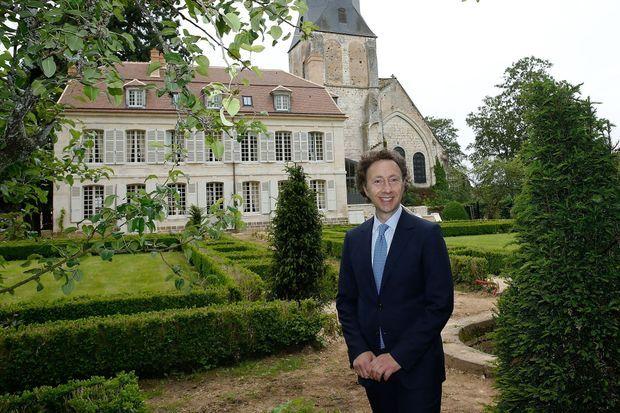 Stéphane Bern dans les jardins de sa demeure de Thiron-Gardais.