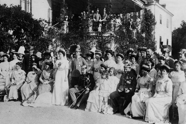 Photo de groupe du mariage de la princesse Zita de Bourbon-Parme et de Charles de Habsbourg-Lorraine, devant le château de Schwarzau am Steinfeld, le 21 octobre 1911 (détail)