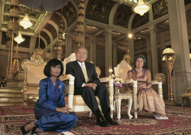La princesse Norodom Bopha Devi avec son père le roi Norodom Sihanouk et sa dernière femme la reine Monique, le 1er avril 1995