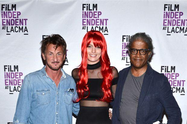 Sean Penn, Leila George et le critique de cinéma Elvis Mitchell en octobre 2016 au LACMA à Los Angeles