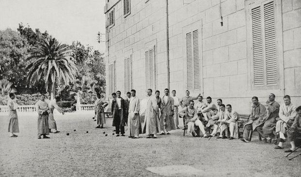 Groupe de soldats convalescents dans le jardin du Palais du Quirinal, Photo publiée dans «L'Illustrazione Italiana», le 26 septembre 1915