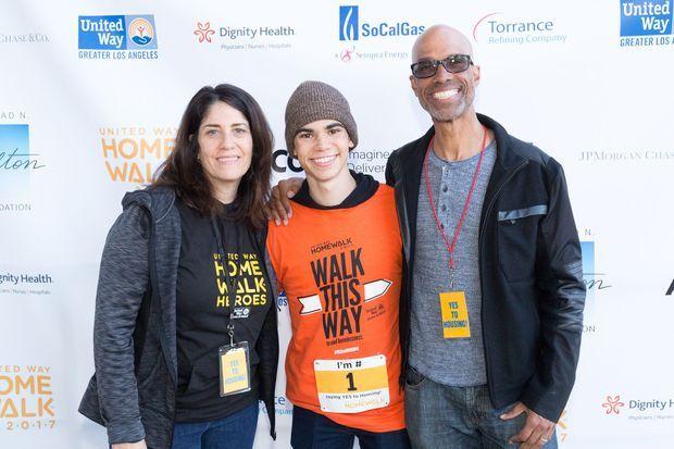 Cameron Boyce avec ses parents Libby et Victor lors d'un événement caritatif à Los Angeles en septembre 2017