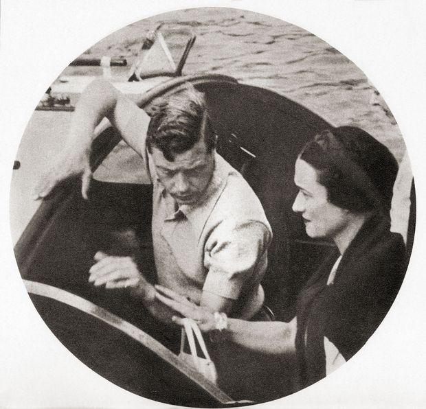 Le roi Edward VIII et Wallis Simpson, qui lui touche le bras, lors de leurs vacances en Méditerranée, en 1936