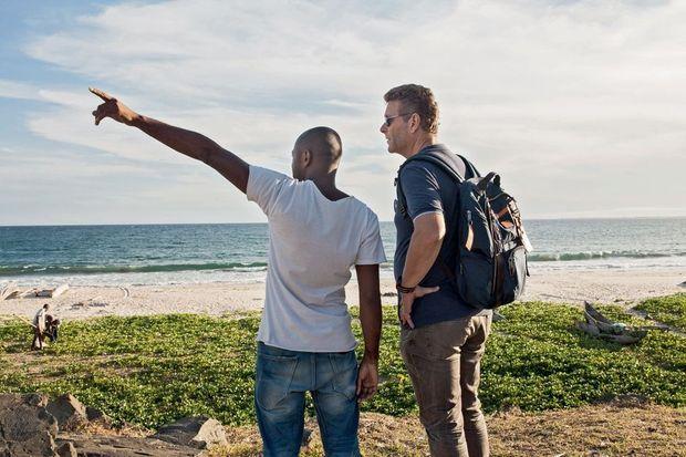 Sur une plage de Tamatave, le 6 décembre. Ghyslain Wattrelos (à dr.) rencontre le responsable d'une association de journalistes citoyens qui pourrait l'aider.