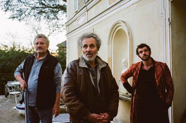 Gilbert Melki entouré de Patrick Rocca (à g.) et Félix Moati dans l'épisode 2 de la série réalisé par Antoine de Bary.