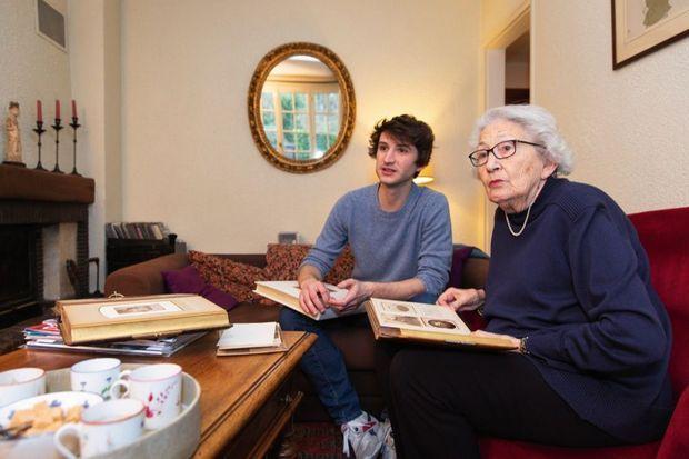 Gilberte Mery, 98 ans, dont la mère était cousine germaine de Jeanne Calment, avec son petit-fi ls Tom