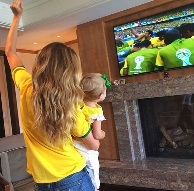 Gisele soutient le Brésil avec sa fille pendant la Coupe du Monde 2014.