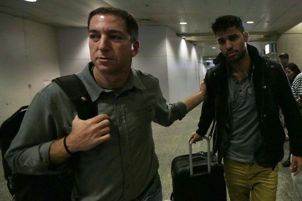 Glenn Greenwald avec son compagnon David Miranda en août 2013. Ce dernier a été arrêté pendant des heures par les autorités britanniques simplement parce qu'il connaissait le journaliste.