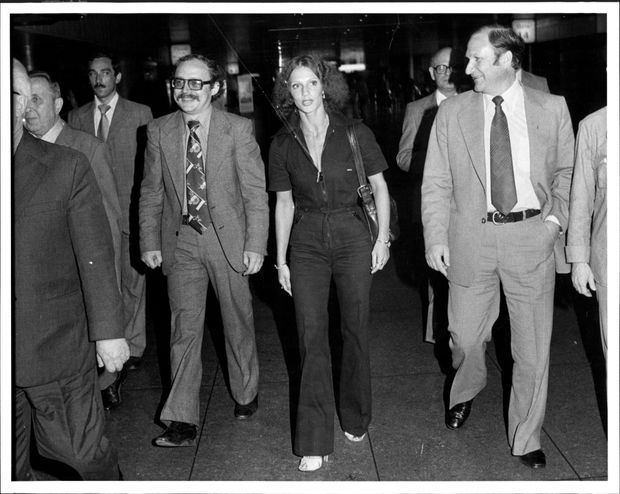 """Lyudmila Vlasova, """"accompagnée"""" par des Russes à l'aéroport JFK de New York, le 24 août 1979."""