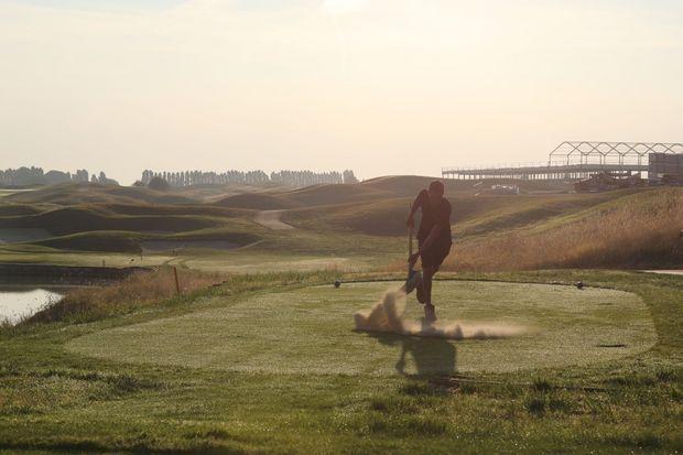 Un jardinier du Golf National travaille sur le parcours Albatros.