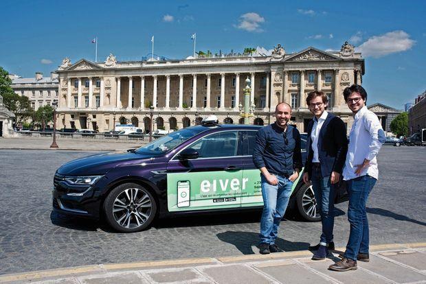 Gonzague Hacher et Amine Benjelloun, de Carrosse royal, start-up spécialisée dans la pub sur taxis géolocalisés, avec un chauffeur (à g.).