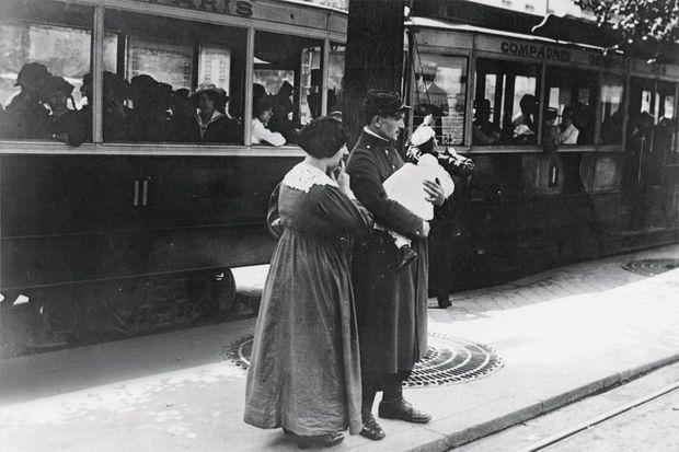 Paris, juin 1915. Un poilu permissionnaire retrouve sa famille. Huit jours de bonheur, avant le retour vers l'enfer.