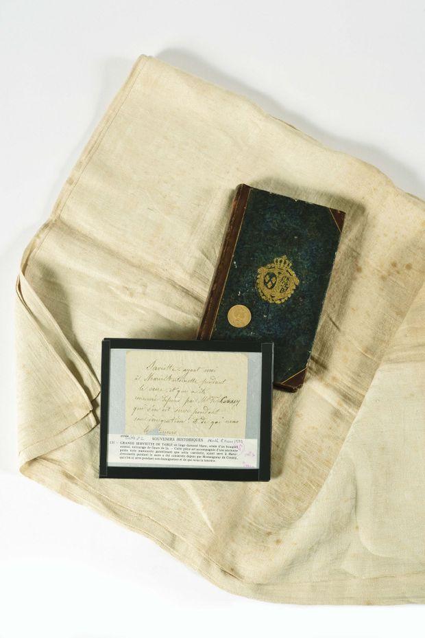 Serviette du sacre utilisée par Marie-Antoinette, vendue par la Maison Osenat, le 24 mai 2020