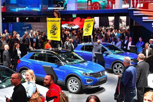 Des manifestants de Greenpeace dénoncent les SUV «tueurs du climat» au salon de l'automobile de Francfort, le 12 septembre.
