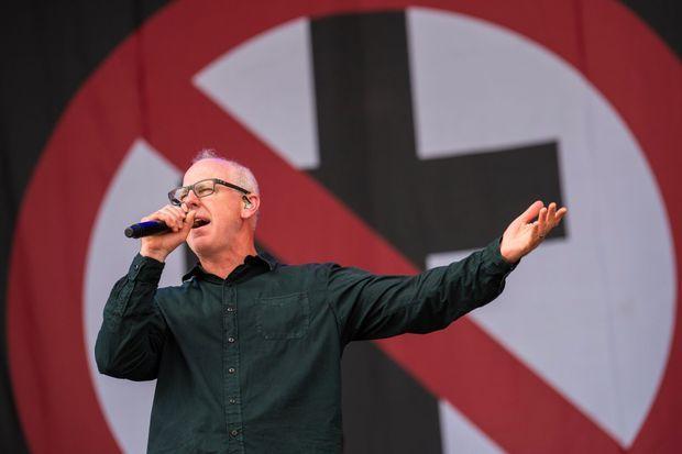 Greg Graffin sur scène avec Bad Religion, en juin 2018, à Nüremberg en Allemagne.