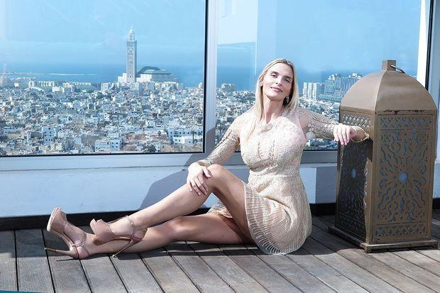 Sarah Marshall à Casablanca pose en robe Christophe Guillarmé.