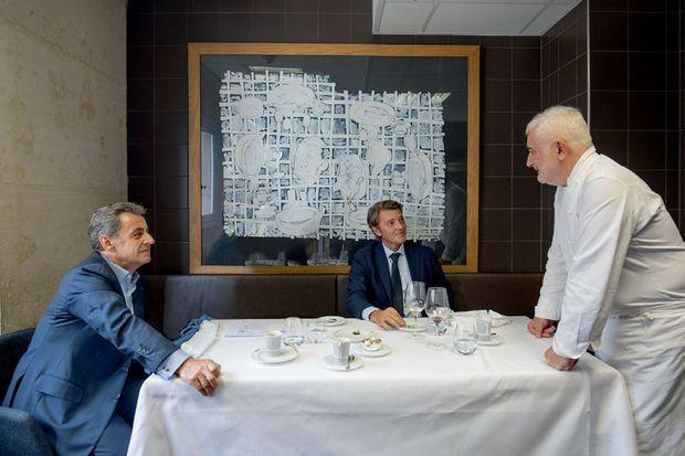 François Baroin et Nicolas Sarkozy, un habitué, à la table des cuisiniers de la Monnaie de Paris, le 9 octobre 2019.