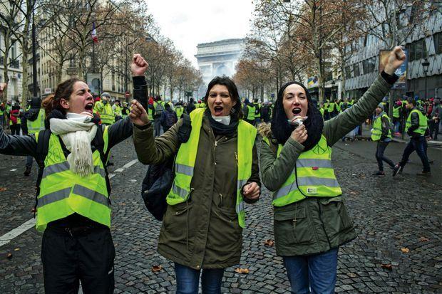 Souvenir de l'avenue de Friedland, samedi 1er décembre à midi. Equipées de masques contre les gaz lacrymogènes, Vanessa, Gwenola et Gwenaëlle.
