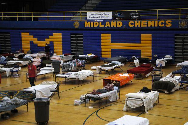 Dans un gymnase du lycée de Midland, mercredi, des personnes évacuées après la rupture de deux barrages.