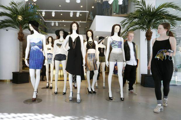 Dans le magasin H&M de la maison-mère, à Stockholm, les tendances de l'été s'affichent.