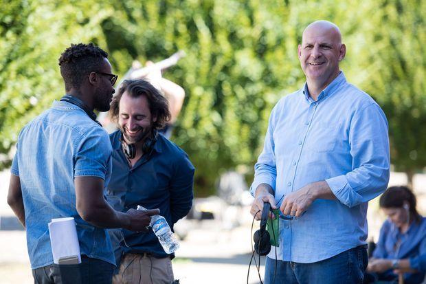 """Harlan Coben sur le tournage de """"Juste un regard""""."""