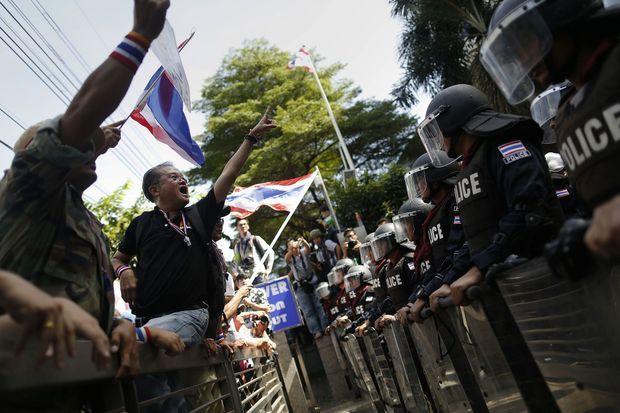 Les manifestants face aux forces de l'ordre à Bangkok.