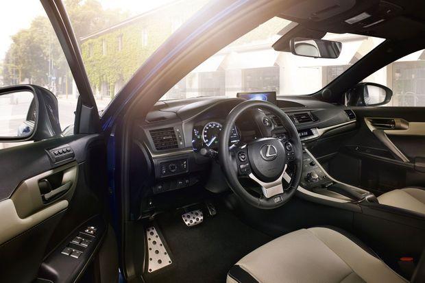 L'habitacle de la Lexus CT200h : accueillant, mais daté.