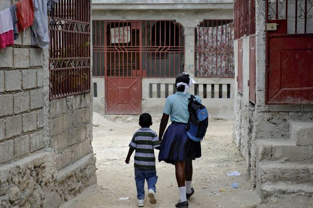 6 h 30 le matin. Luknise et son frère, Junior. Trois quarts d'heure de marche les attendent.