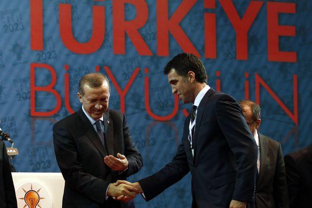 En 2011, alors candidat aux législatives, Hakan Sükür salue Recep Tayyip Erdogan, à l'époque Premier ministre.