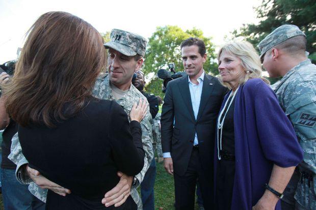 En 2009, retrouvailles entre Hallie et Beau Biden, de retour d'un déploiement en Irak. Son frère Hunter les regarde, à côté de sa belle-mère, le Dr Jill Biden.