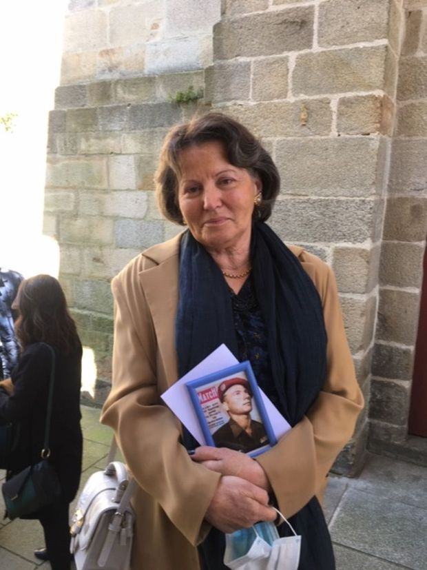 Véronika, la fille de Jean-Paul Hamel, tenant la photo de son père en couverture de Paris Match, à l'issue de la cérémonie religieuse en son honneur à Vannes, vendredi 15 mai 2020.