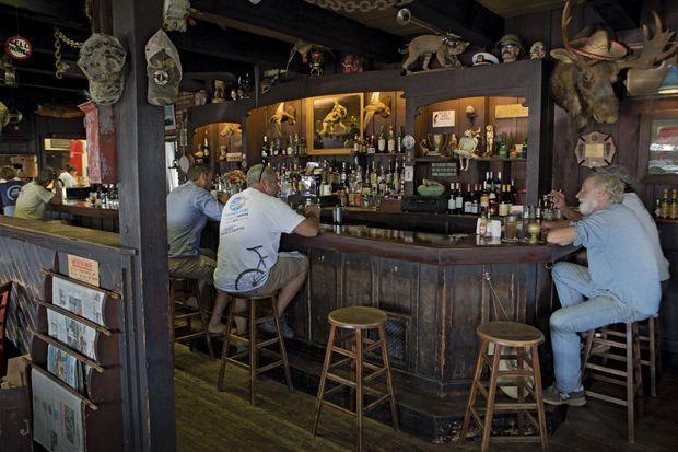 Le Dock, un pub traditionnel près du marché aux poissons de Montauk.