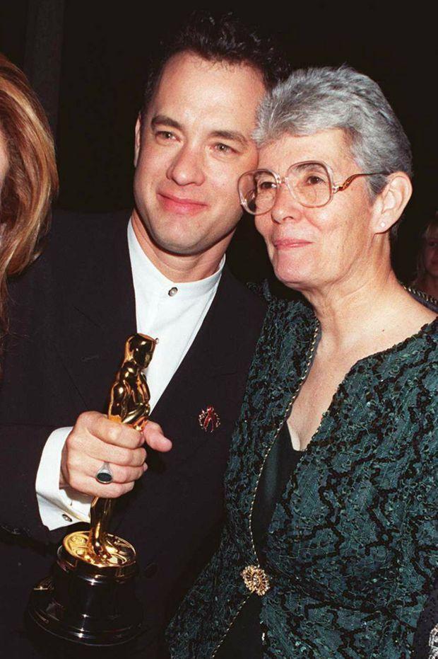 Tom Hanks avec sa mère Janet, le soir de sa victoire aux Oscars pour « Forrest Gump ».